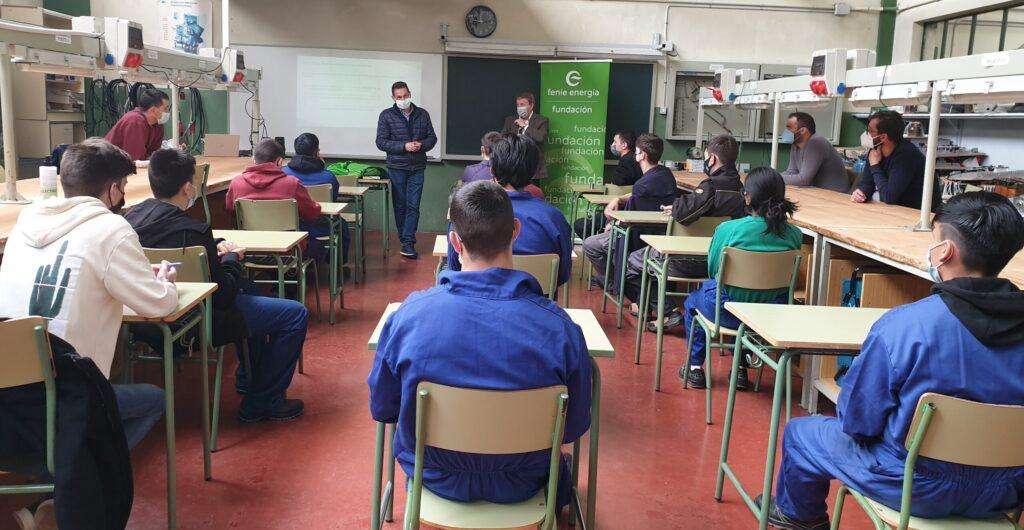 Voluntarios de Feníe Energía participan en un encuentro formativo con estudiantes del Instituto IES Tubalcaín